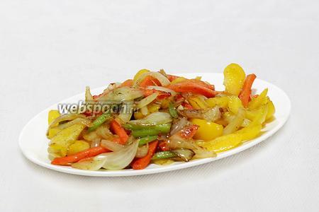 Выложить поджаренные овощи на блюдо.