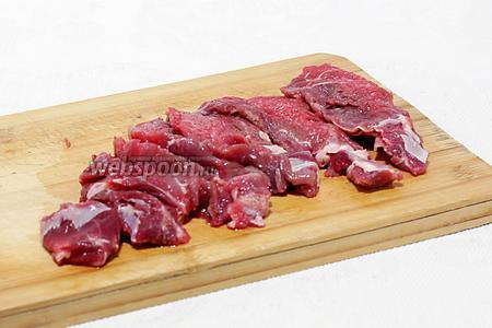 Пока овощи жарятся, нарезать мякоть говядины, кусочками толщиной в 1 см. У меня телятина, она  очень мягкая, я её не отбивала. Но если она более плотная, то можно нарезать чуть потолще, а затем отбить.