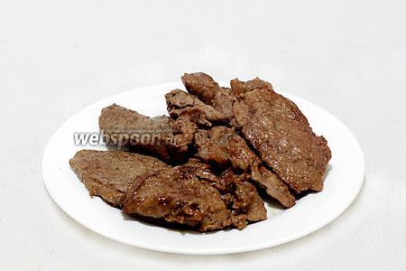 Выложить говядину на порционные тарелки или на общее блюдо и подавать с овощами.