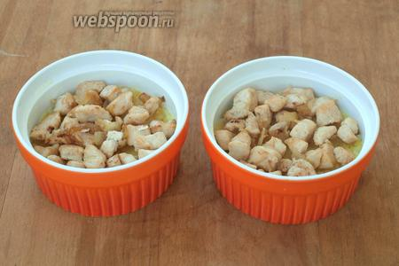 Смазать сливочным маслом формочки, выложить рис до половины и разровнять. Сверху разложить курицу с луком.