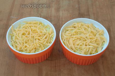 Посыпать начинку немного сыром, выложить оставшийся рис. Сверху ещё раз хорошо посыпать сыром.
