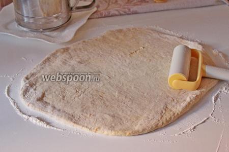 Раскатать тесто в пласт.