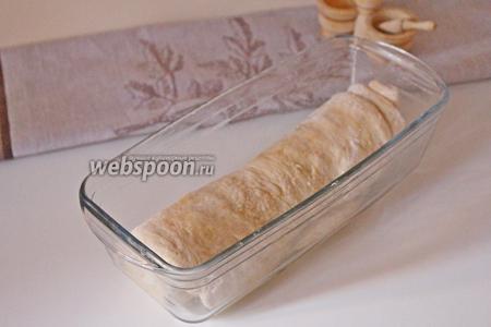 Уложить в смазанную прямоугольную форму, накрыть плёнкой и убрать в тёплое место на 45 минут.