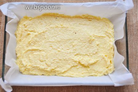 Выстилаем форму бумагой для выпечки, выкладываем сверху тесто и печём при 190°С 30 минут или до сухой лучины.