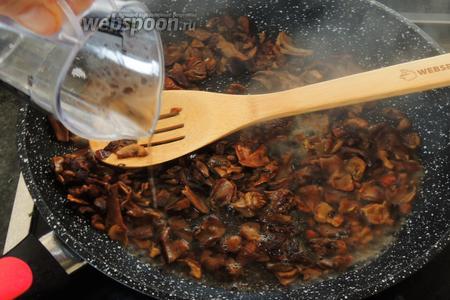 Заливаем вином грибы и протушим на среднем огне до полного выппаривания жидкости. Остудим.