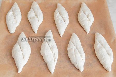 Острым ножом или лезвием делаем косые насечки и даём будущему хлебушку расстояться в тепле 40 минут, пока греется духовка (200 градусов).