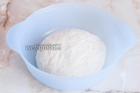 Замешиваем тесто — около 10 минут. Делаем колобок и отправляем его в тепло на 1 час, не забывая прикрыть миску плёнкой или полотенцем.