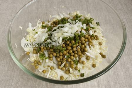 Добавить измельчённую зелень, мелко нарезанный репчатый лук. Посолить, добавить немного сахара для баланса вкуса.