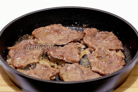 Затем обжарить мясо в небольшом количестве растительного масла. Масло уже есть с маринаде, поэтому достаточно всего одной столовой ложки. Сковороду рекомендуется предварительно хорошо нагреть вместе с маслом.