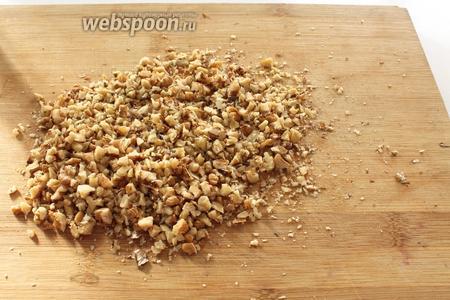 Пока тесто отдыхает, приготовить начинку. Орехи рассыпать на доску и порубить ножом на не очень мелкие кусочки. Только не перемалывайте орехи в блендере в муку!