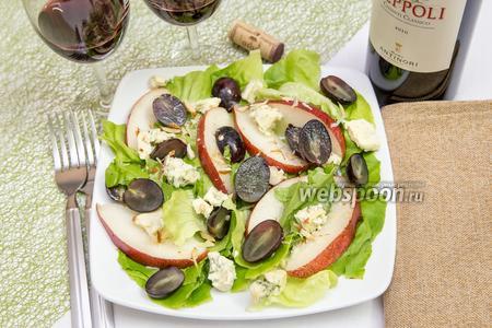 Фото рецепта Салат с грушей, голубым сыром и виноградом