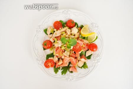 Выложить заправленную салатную смесь, добавить черри, разрезанные на половинки и ломтик лимона. Подавать сразу.