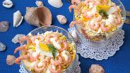 Фото рецепта Салат с креветками, солёным огурцом и плавленым сыром