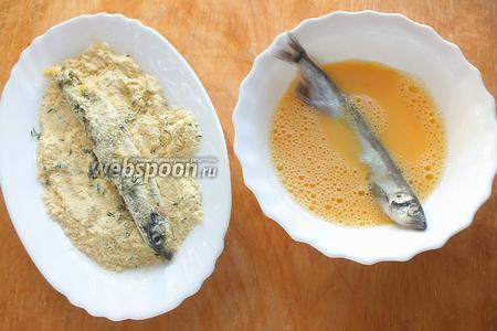 Взбейте яйцо с 20 мл ледяной воды, смешайте кукурузную муку с солью и листьями тимьяна. Обмакните рыбу в яйцо, затем обваляйте в муке со всех сторон.