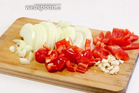 Остальные овощи — лук, перец и чеснок так же нарезать ломтиками.