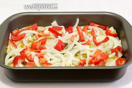 Поверх картофеля выложить остальные овощи — лук, перец, чеснок. Ещё слегка подсолить и поперчить.