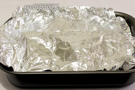 Накрыть форму фольгой и поставить в разогретую до 190-200ºC духовку. Запекать 20-30 минут до готовности картофеля.
