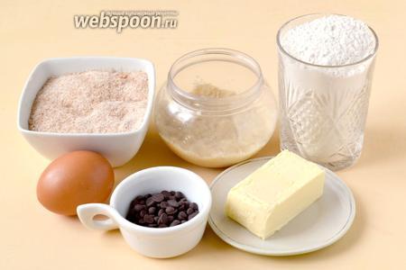 Для приготовления печенья нам понадобится мука, коричневый сахар, яйцо, сливочное масло, арахисовое масло (паста), шоколадные капли и разрыхлитель.