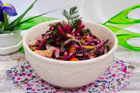 Салат из арбузного редиса с капустой и яблоком