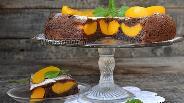 Фото рецепта Шоколадный пирог с персиками в мультиварке