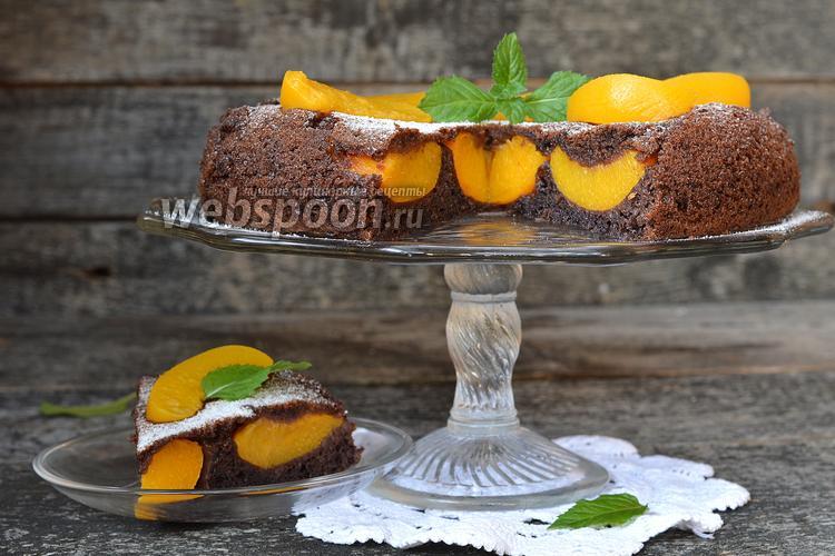Фото Шоколадный пирог с персиками в мультиварке