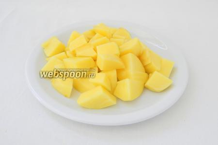 Картофель очищаем от кожуры и разрезаем на 4-6 частей, в зависимости от размера.