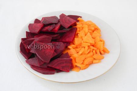 Морковь и свёклу очищаем и нарезаем на четвертинки.