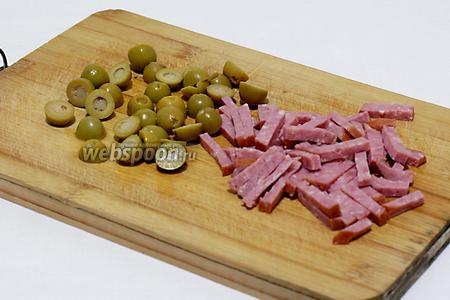 Оливки без косточек разрезать пополам, колбасу или ветчину нарезать соломкой.