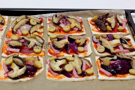 Выложить грибы и оливки.