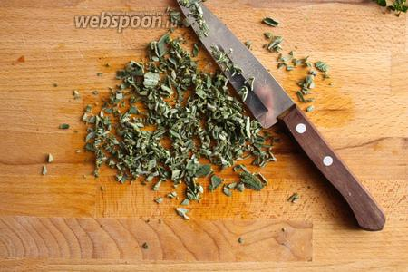 Половину листиков шалфея очень мелко порубите и тоже добавьте в сковороду.