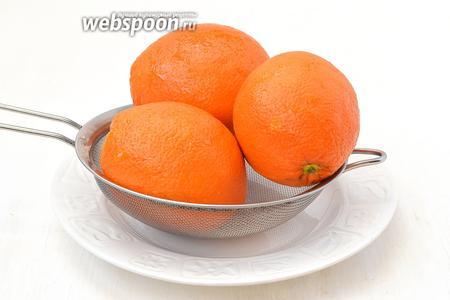 Апельсины тщательно вымыть горячей водой.