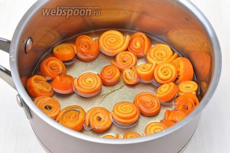 Поместить апельсиновые бусы в кастрюлю и залить водой таким образом, чтобы она только покрывала апельсины. Довести воду до кипения и варить 20 минут.