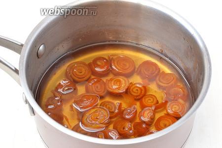 Подготовленные корки поместить в сироп. Довести до кипения и на маленьком огне варить 35 минут. Охладить полностью. Через час опять довести до кипения, добавив лимонную кислоту и варить 35 минут.