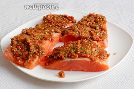 Рыбу смазать домашним соусом и оставить на 20 минут мариноваться.