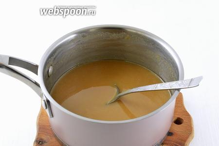 Довести до кипения и готовить на среднем огне, время от времени помешивая, минут 40-50 до густоты жидкой сметаны и карамелизации сахара.