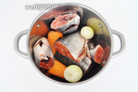 Рыбу вымыть, удалить кишки, не чистить. Удалить жабры. Порезать на крупные куски.