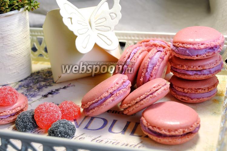Фото Macarons с чёрной смородиной