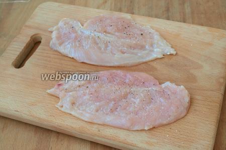 Куриное филе разрезать на пласты, немного отбить, накрыв пищевой плёнкой. Посолить и посыпать перцем из мельницы.