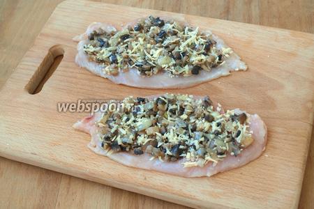 Выложить сверху сырно-грибную начинку.