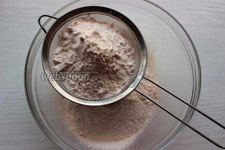 Муку просеять с солью, содой, сахаром, разрыхлителем.