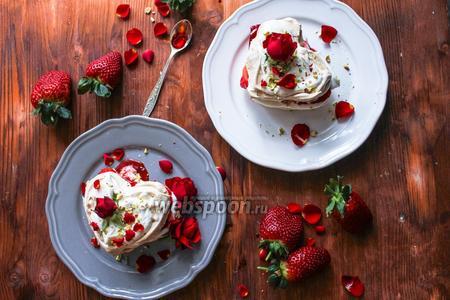 Десерт Павлова — валентинка с клубникой