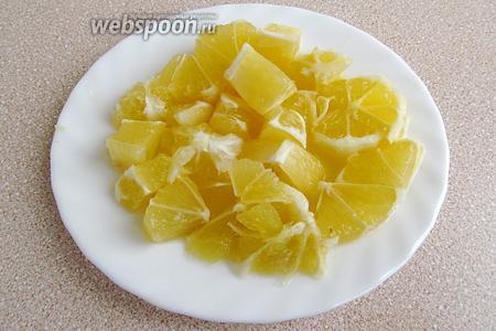 С лимонов полностью срезать корку вместе с белым подкорковым слоем, а мякоть нарезать на кусочки.