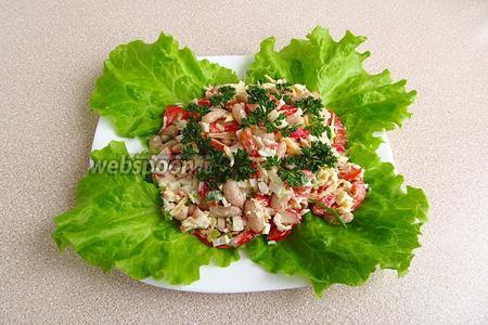 При подаче салат выложить на листья зелёного салата и украсить зеленью петрушки.