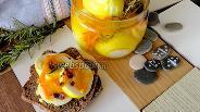 Фото рецепта Маринованные яйца жёлтые