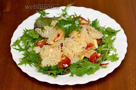 Кладём сверху смесь дайкона с помидорами и сыром в оливковом масле, слегка приподнимаем слои, подаём немедленно. Салат перемешиваем во время еды, непосредственно на тарелке.