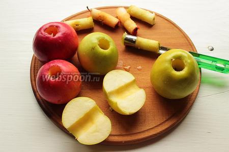 Вырезать у яблок сердцевинку и разрезать пополам или на четвертинки (в зависимости от размера).