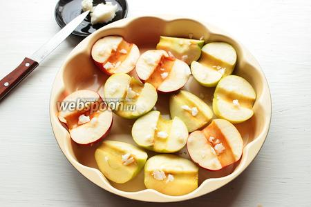 Выложить в форму, сверху быстро (пока не начало таять) настругать кокосовое масло, примерно 1 столовую ложку.