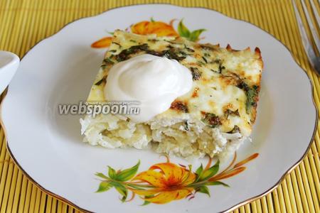 Подавать картофельник принято с кислым молоком или йогуртом. Мы ели со сметаной и солёными рыжиками, очень вкусно.