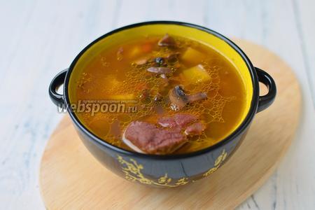 Подавать суп из шампиньонов с фасолью можно со сметаной. Так же его можно варить без мяса, так как фасоль и грибы служат ему отличной альтернативой.
