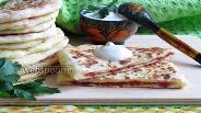 Фото рецепта Сырные лепёшки с колбасой